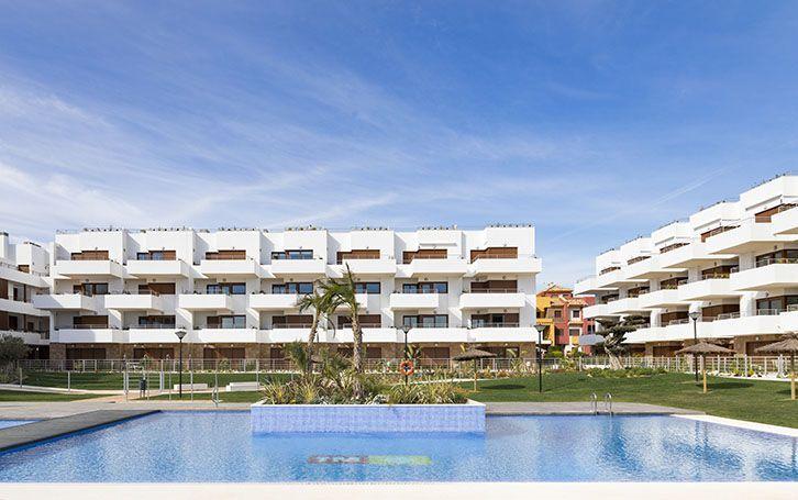 Apartamentos en Orihuela Costa de 2 y 3 dormitorios con terraza, jardín o solarium y parking privado