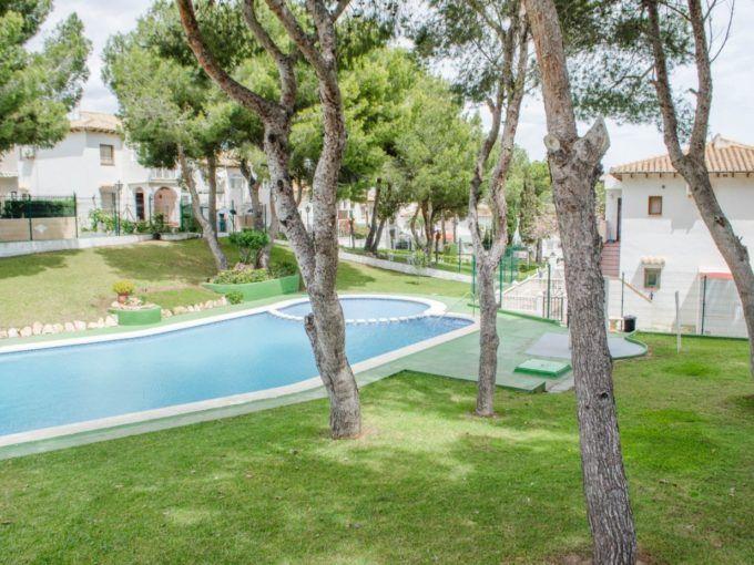 Reformado bungalow con terraza y piscina en Lago Jardin
