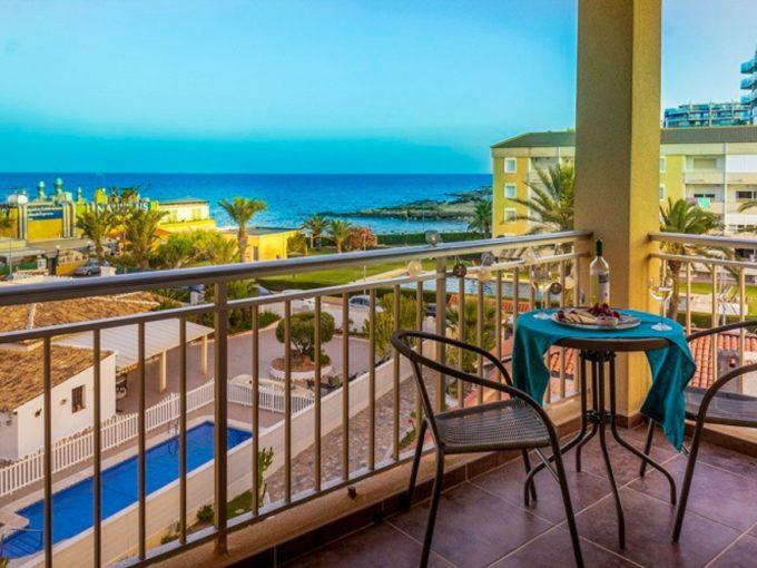 Apartamento de 2 dormitorios en Punta Prima con vistas directas al mar