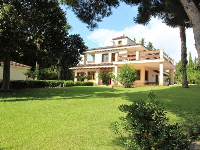 Chalet de lujo en Los Balcones con jardines y piscina